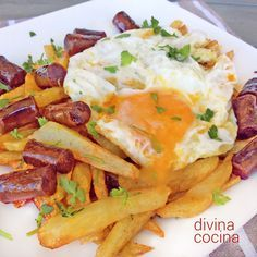 Huevos rotos con patatas y chistorra Spanish Cuisine, Spanish Tapas, Baked Hard Boiled Eggs, Pumpkin Spice Muffins, Chicken Salad Recipes, Everyday Food, Baking Recipes, Breakfast Recipes, Food And Drink