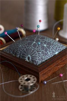 Aus Stoffresten und einem alten Bilderrahmen lässt sich ein wunderschönes Nadelkissen basteln. Upcycling-Idee entdecken und nachbasteln >