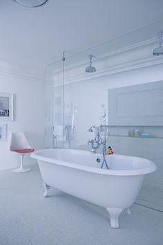 ... moderne. Baignoire et robinetterie rétro pour une immense douche