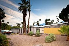 A beautiful house designed by the architectect William Krisel in Palm Springs. You can see another Krisel stunning house clicking on the pic.