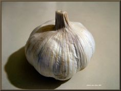 For future reference: how to grow garlic. Remember to plant in the fall and harvest in the summer. If I plant in my front yard, I should be able to have a row of garlic AND flowers, so it doesn't look so barren :D. Organic Farming, Organic Gardening, Gardening Tips, Vegetable Gardening, Permaculture, Grow Garlic, Livestock Farming, Garden Yard Ideas, Fall Plants