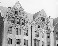 "The beautiful decorations on "" Sole Allegaarden "" Tyskebryggen 13 , is no longer there . Why were they removed faith? ( Part of the photo taken around 1915 by Atelier K. Knudsen - UiB Picture Collection ) ."