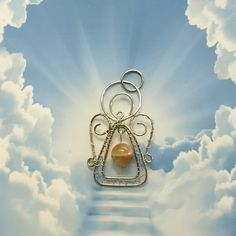 Andělíček+štěstí+Andělíček+je+vyrobený+drátováním+z+chirurgické+oceli+Osteofix+s+korálkem+ze+slunečního+kamene.+Rozměry+přívěsku+jsou+4,0+x+2,4+cm.+Sluneční+kámen+vnáší+do+života+radost+a+světlo.+Šíří+kolem+sebe+příznivou+energii+a+atmosféru,+zvyšuje+intuici.+Pokud+váš+život+ztratí+příjemnější+tvář,+dokáže+mu+ji+sluneční+kámen+navrátit+a+vám+...