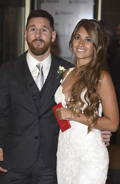 Lionel Messi and Antonela Roccuzzo greet the press after their civil wedding ceremony at the City Center Rosario Hotel & Casino on June 2017 in Rosario, Argentina. Messi And His Wife, Messi Y Antonella, Messi News, Messi 10, Shakira And Gerard Pique, Lionel Messi Barcelona, Fc Barcelona, Soccer Couples, Bridal Hair