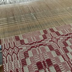Detail of the #overshot border. #weaving #livingwithtextiles #red #tablerunner #housewares #finecraft #newhampshire #newengland #handmadetextiles