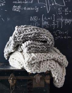 Strikk er kult! Spesielt nå som høsten er her, da føles det ekstra lunt og godt med et teppe i megastrikk! Måtte dele denne strikkeoppskriften jeg fant på Boligdrøm sine nettsider med dere i dag.