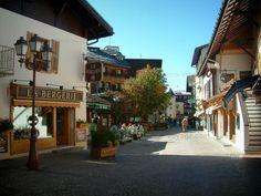 Megève: Via del paese (stazione di sport invernali ed estivi), con case, negozi e terrazza del caffè - France-Voyage.com