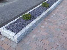 Granitt kantstein er dekorativt og samtidig praktisk ved at den sikrer mot utglidninger.