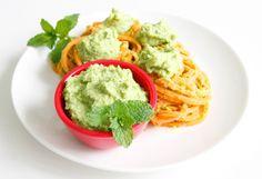 Mit die Spiralschneider hergestellte Süsskartoffel-Nudeln mit einem veganen Pesto aus Cashews, Erbsen und Minze.