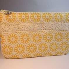Trousse pochette plate tissu jaune et écru bordée d'une dentelle coton écrue