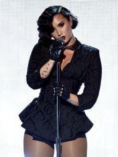 Demi Lovato Tampil Seksi dengan Lipstik Warna Gelap di AMA 2015 - Lifestyle Liputan6.com
