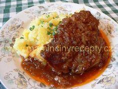 Krkovička z trouby Ingredience  4-5 plátků vepřové krkovice, sůl, 6-7 stroužků česneku, 2 cibule marináda: 2 lžíce slunečnicového oleje, 2 lžíce sojové omáčky, 6 lžic ostrého kečupu, 1 lžička medu, 1 lžička mleté papriky, 0,5 lžičky mletého pepře, 50 ml vody