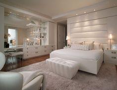 60+ идей интерьера белой спальни: элегантная роскошь (фото) http://happymodern.ru/belaya-spalnja/ Разбросанное светодиодное освещение и небольшие настольные лампы придадут спальне больше уюта