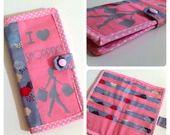 Porte cartes de fidélités I love Shopping rose et nuages sur fond gris : Porte-monnaie, portefeuilles par les-envies-de-charlotte