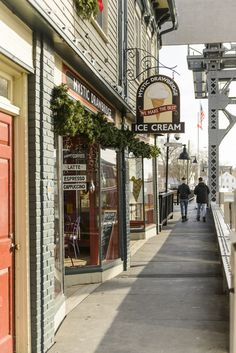 From the historic charm of a quintessential Vermont village to the city glamour of a famed Rhode Island port, these 10 destinations are some of the best New England Christmas towns to visit during the yuletide season. Beach Photography Friends, Beach Photography Poses, Jamaica Vacation, Hawaii Honeymoon, Beach Vacations, Christmas In England, Christmas Town, Holiday, Lanai Island