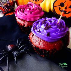 Para este halloween preparei uns cupcakes deliciosos e tão bonitos que é impossível ficar indiferente. Esta receita não me saiu bem à primeira, confesso. Mas não desisti e tentei mais uma vez, colocando um pouco mais disto e um pouco mais daquilo, ficou no ponto. É sempre um desafio criar novas receitas, principalmente quando queremos