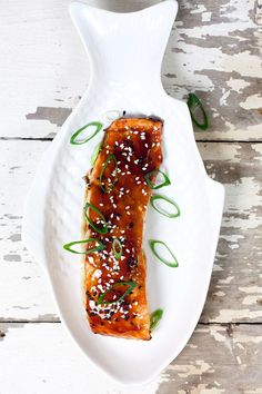 Salmon teriyaki is a Japanese dish with a sauce made out of soy sauce and sugar. Easy to make and realy in about 25 minutes. Recipe for 4 people. Baked Teriyaki Salmon, Teriyaki Shrimp, Teriyaki Glaze, Grilled Salmon, Easy Fish Recipes, Salmon Recipes, Lidl, Recipe For 4 People, Teriyaki Skewers