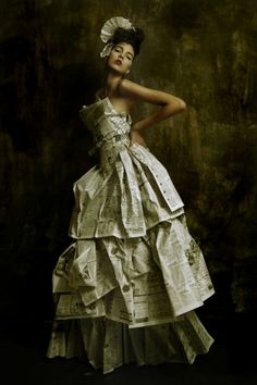 femme en robe de papier journal