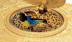 Patek Philippe パテック フィリップ 「Singing Bird シンギング・バード」   ヨーロッパの王侯貴族のみならず、中国の皇帝にも愛された鳥のオルゴール、シンギング・バード。鳥がさえずり、羽ばたきを見せるこのからくり時計をパテック フィリップも手掛けていた。