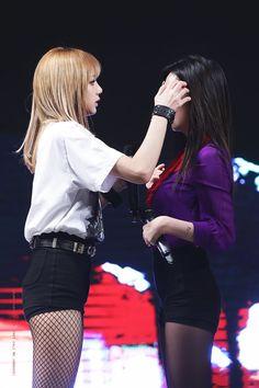 lalisa manoban and kim jisoo Kim Jennie, Jenny Kim, Kpop Girl Groups, Korean Girl Groups, Kpop Girls, Mamamoo, Namjin, Pink Live, Black Pink Kpop