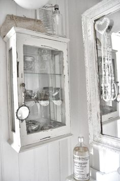 Combine a Love of Vintage Decor, Genealogy & Old Photos – Shabby Chic Decor Primitive Bathrooms, Vintage Bathrooms, Chic Bathrooms, Primitive Homes, Primitive Kitchen, Primitive Country, Primitive Decor, Country Farmhouse, French Country