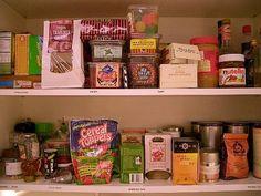 """Nálad mi számít konyhai alapfelszerelésnek? Kezdő háziasszonyoknak szeretnénk segítséget nyújtani ahhoz, hogy minden helyzetben legalább egy egyszerű étkezést összeállíthassanakaz otthon lévő készletekből. Kép: flickr.com     Sajnos a mai lakásokhoz nemigen tartozik kamra, az építők """"megol..."""