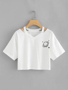 Camiseta corta con estampado de planeta de cuello con abertura | ROMWE Cute Comfy Outfits, Cute Girl Outfits, Pretty Outfits, Stylish Outfits, Crop Top Outfits, Crop Top Shirts, Crop Tops, H&m Tops, Girls Fashion Clothes