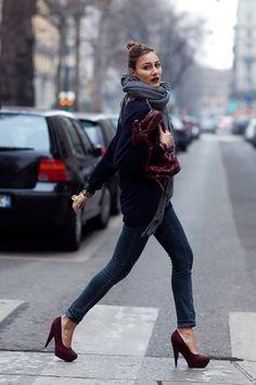 Je schoenen en handtas hoef je tegenwoordig niet meer op elkaar af te stemmen... maar het wil niet zeggen dat het af en toe wel eens een leuk effect geeft. Deze sobere outfit krijgt een extra dimensie door de bordeaux schoenen en tas.