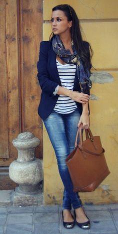 L'éternelle marinière, parfaite avec un blazer bleu foncé !