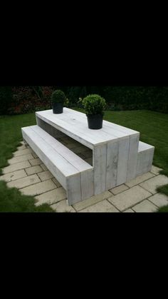 Picnic bench design: modern and white washed made with *free* pallet wood.  Amazeballs. (things that are white floors)