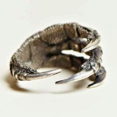 Dragon claw ring, how awesome! Jewelry Box, Jewlery, Jewelry Accessories, Jewelry Design, Dark Fashion, Mens Fashion, Fashion Trends, Ann Demeulemeester, Gothic Jewelry