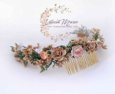 tocado-flores secas Place Cards, Place Card Holders, Flowers In Hair, Flower Crowns, Green Rose, Flower Preservation, Hairdos, Hair