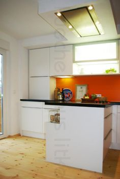 Küche Weiß Mattlack Als Halbinsel Mit Regal Auf Der Rückseite. Deckenlüfter  Mit Außenwandmotor. Die