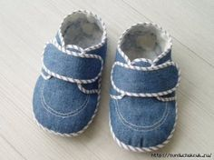Denim shoes with pattern Toddler Boy Shoes, Toddler Boy Outfits, Sewing For Kids, Baby Sewing, Jean Diy, Felt Baby Shoes, Diy Accessoires, Diy Vetement, Denim Shoes