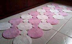 вязание для дома Kids Rugs, Home Decor, Polka Dot Rug, Matching Colors, Nursery Decor, Farmhouse Rugs, Kid Bedrooms, Lord, Balls