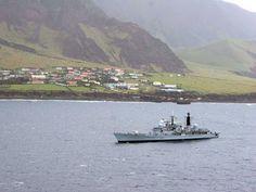 Tristan da Cunha | Navio da 'Royal Navy' fundeado ao largo de New Edinburgh