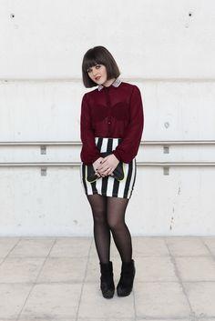 Street style en Mercedes-Benz Fashion Week Madrid. Marina tiene 21 años y es estudiante. Lleva botas y camisa de Primark, bolso de Lefties, falda de Bershka, anillo de H