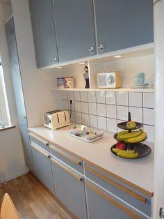 50s Kitchen, Kitchen Cupboards, Home Decor Kitchen, Kitchen Interior, Kitchen Dining, 50s Style Kitchens, Cool Kitchens, 1950s House, Kitchen Styling