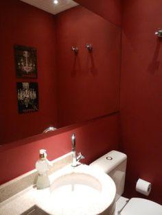 O lavabo projetado por Andrea Lenz utiliza o vermelho em todas as paredes. Para contrapor o tom forte, a bancada, as louças e teto são brancos.
