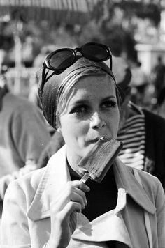 Twiggy eating a popsicle at Disneyland during footage shot for a show titled 'Twiggy: Why?' in California in 1967 // Photo by Ralph Crane Patti Hansen, Lauren Hutton, Priscilla Presley, Estilo Twiggy, Vintage Girls, Vintage Outfits, Fashion Vintage, Fashion Models, Girl Fashion