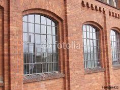Große Fenster einer alten Fabrik mit Fassade aus Backstein in der Klassikstadt in Frankfurt am Main