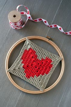 crochet tutorial for granny square heart ♥ Granny Square Crochet Pattern, Crochet Stitches Patterns, Crochet Diagram, Crochet Squares, Crochet Granny, Crochet Motif, Heart Granny Square, Blackbird Designs, Tapestry Crochet