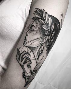 Tatuagem criada por Henry Schneider de São Paulo. Deusa grega em blackwork com pontilhismo.