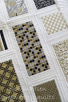 I absolutely adore the quilting on this quilt.