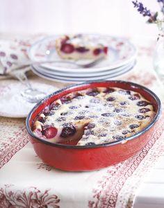 De traditionele clafoutis aux cérises wordt gemaakt met hele kersen mét pit, omdat ontpitte kersen te veel vocht loslaten tijdens het bakken.