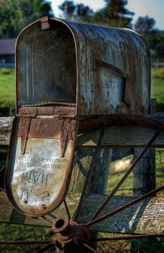 Rusty vintage mailbox down on the farm. Country Charm, Rustic Charm, Country Life, Country Living, Country Roads, Country Treasures, Country Mailbox, Old Mailbox, Rural Mailbox