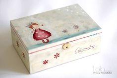 Joyero de madera pintado a mano, muñeca con vestido de lunares y flores para Alejandra. Compuesto por tres piezas, tamaño 22×15 cm, 8,4 cm de altura. Tapa decorada con dibujo de muñeca con ves…