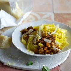 Bie diesem Turbo-Rezept würde jede italienische Mamma Augen machen: Kaum zu glauben, wie schnell die Bolognese auf Ihrem Teller landet. So easy und so...