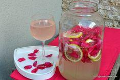 Suc de trandafiri reteta de trandafirata pas cu pas. Suc natural din petale de trandafiri cu lamaie, exact asa cum il stiti din copilarie: aromat, acrisor