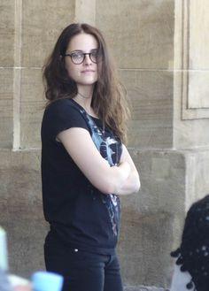 E dona Kristen Stewart aparece toda linda em mais fotos tiradas hoje no set de Sils Maria em Leipzig. Kristen estava com os cabelos dividos ao meio e também usando óculos, bem relaxada.